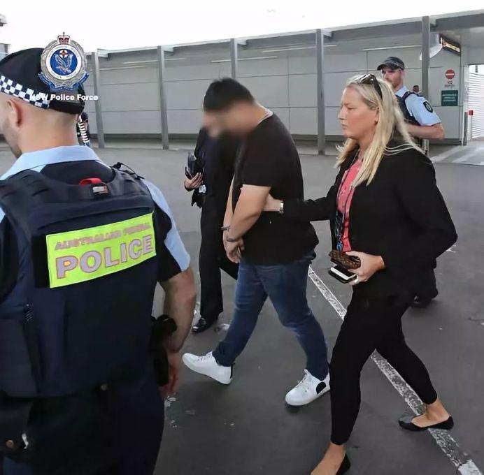 华人一家五口机场被捕,没收500万! 这件让海外华人丢尽了脸的事却还有人在做...